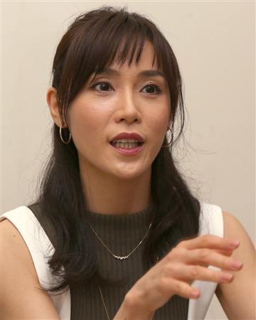 「カンナさーん!」内の衣装でインタビューに熱心に回答する山口紗弥加