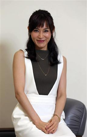 「カンナさーん!」内の衣装でインタビューに答え微笑む山口紗弥加
