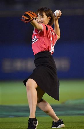 笑顔で楽しそうな岡田サリオの始球式