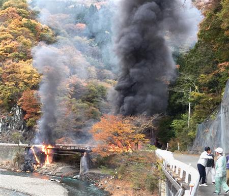 群馬・上野村でヘリ墜落、炎上…搭乗の4人死亡 村では停電も ...