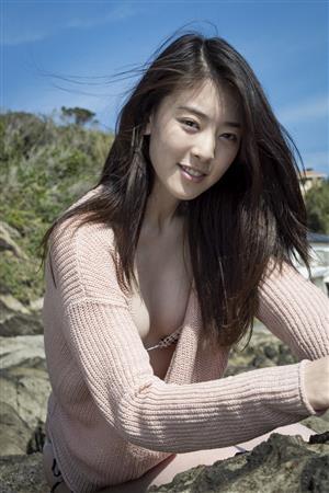 ピンクセーターを水着の上に着た水上京香