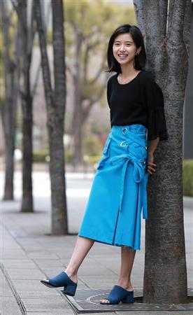 ミニスカート姿の黒島結菜さん