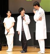 舞台挨拶に臨む(左から)葵わかな、二宮和也、竹内涼真 =東京・丸の内 (撮影・山田俊介)