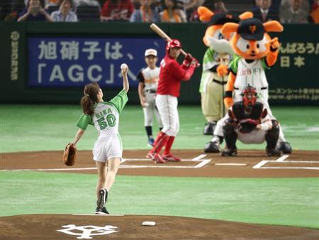 【野球】泉里香、ノーバン始球式 YouTube動画>1本 ->画像>54枚