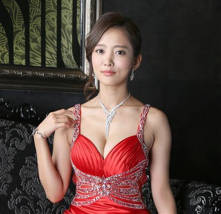 夏菜、チャイナドレスで美脚披露...