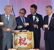 歌手生活55周年パーティーを開いた五木(左から3人目)と発起人の左から小泉元首相、北島、森元首相=東京・芝公園 (撮影・田村亮介)