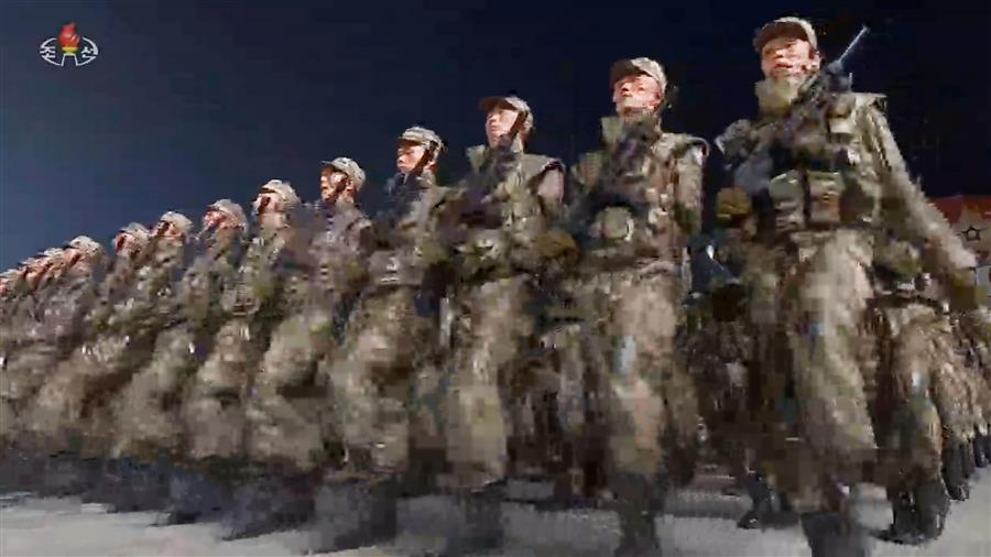 北朝鮮が軍事パレード、異例の未明に実施 米狙うICBM焦点北朝鮮が軍事パレード、異例の未明に実施 米狙うICBM焦点