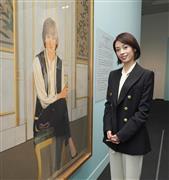 故ダイアナ元妃の肖像画を鑑賞する明日海。英王室の奥深さに感慨を新たにしていた=東京・上野 (撮影・斎藤浩一)