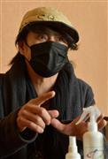 新型コロナウイルスに感染した経験から国民の意識改革を熱く訴える森友嵐士=東京・麻布十番(撮影・戸加里真司)