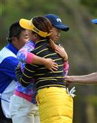 No. 18 Noriko Uemino hugs out with Hall Out and Chie Arimura (right) = Elieres Golf Club Matsuyama (Photographed, Shinya Iwakawa)