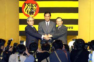 監督就任発表に臨む (左から)阪神・久万俊二郎オーナー、星野仙一監督、野崎勝義球団社長