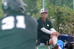 草野球の試合を見つめる掛布雅之HLT=17日、舞洲東運動場(撮影・宮沢宗士郎)