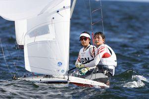 女子470級 メダルレースに出場した吉田愛(左)、吉岡美帆組。総合7位だった=江の島ヨットハーバー沖