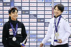 女子500メートルの表彰式で笑顔を見せる、優勝した小平奈緒(右)と2位の高木美帆=エムウェーブ