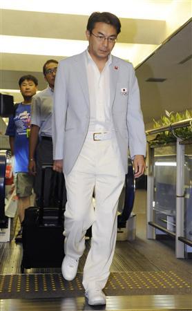 成田空港に到着したサッカー男子代表の反町監督=14日午後、成田空港