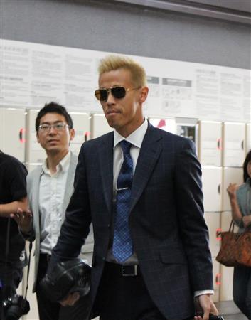 本田が紺のスーツで鹿児島に出発 川島、長友とともに合宿地合流