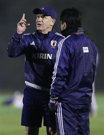 本田らは軽めの調整 長谷部「貴重な時間になる」(13)  練習中、手倉森誠コーチ(右)と話すアギ