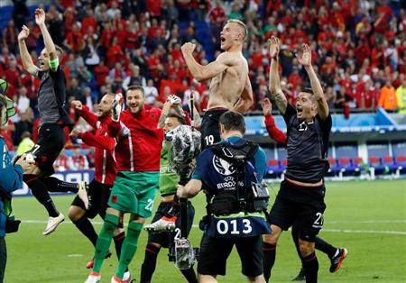勝利し喜ぶアルバニア代表ら ...