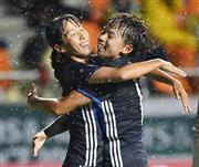 後半、先制ゴールを決め、田中(右)と抱き合って喜ぶ中島=長野U
