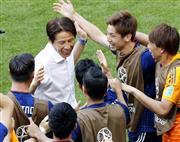 コロンビア撃破の大金星に西野監督(左から2人目)は選手とともに喜んだ。西野ジャパンがサランスクの奇跡を生んだ (共同)