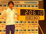 東京マラソンでの目標タイムを示す計時板を指し、健闘を誓う設楽悠太=東京・丸ビル