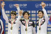男子は五輪王者のノルウェーを破って優勝。(左から)ウイリアムソン、一戸、土屋は歓声に手を振って応えた (共同)