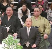 土俵祭りに出席した稀勢の里(右)と白鵬。手前は八角理事長(撮影・菊本和人)