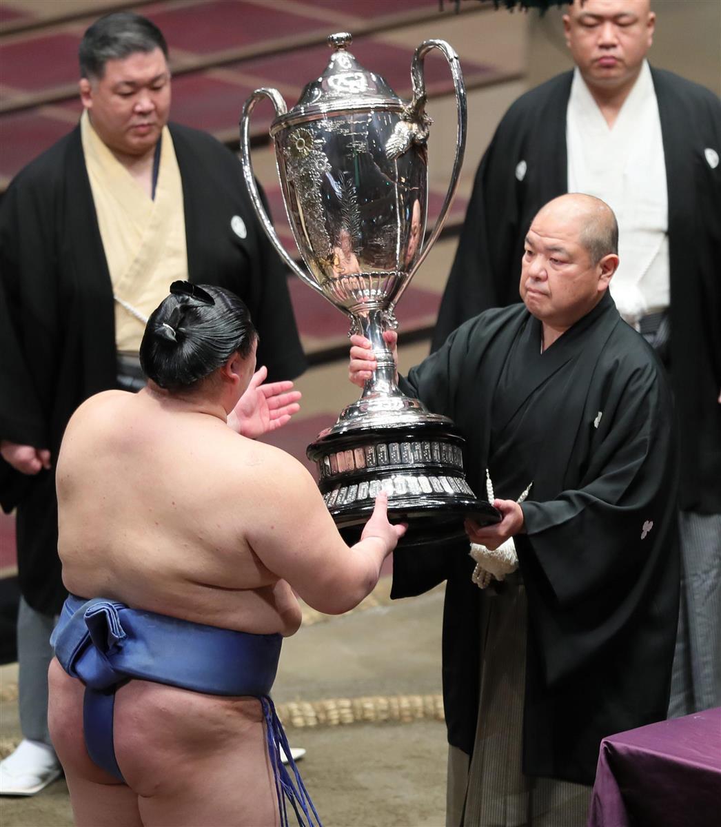 表彰式で日本相撲協会の八角理事長から賜杯を受け取る…|懸賞総数は ...
